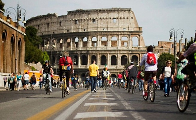 Holiday Rome Guided Tour Rome by bike Colosseum